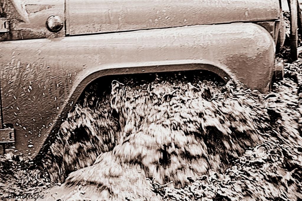 колесо УАЗа в воде